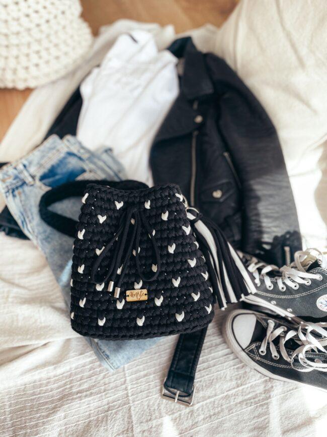 Czarna torebka w białe serduszka